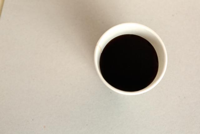 紙コップに入ったコーヒー